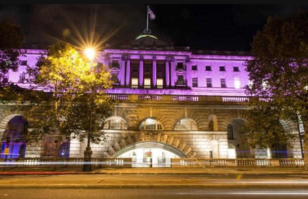 Somerset House Londen pink ribbon